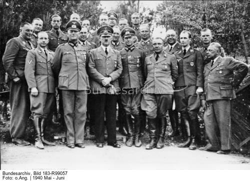 Faschistenführer Hitler mit seinem Stab im Hauptquartier