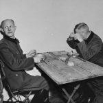 Alfred Jodl podczas pobytu w więzieniu (z lewej)
