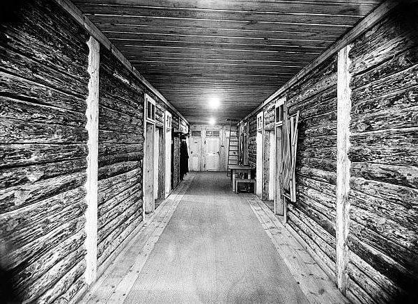 Korytarz w jednym z baraków