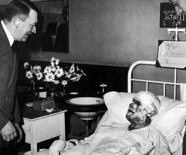 Hitler z wizytą u rannych podczas zamachu - Kętrzyn
