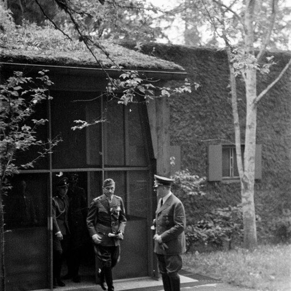 Hitler przy wejsciu do bunkra