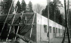 Prace wykończeniowe przy jednym z budynków ceglanych